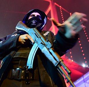 Стамбулдагы түрк полиция кызматкери. Архивдик сүрөт