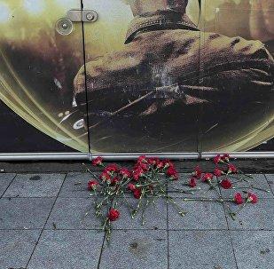 Стамбулдагы Reina түнкү клубунун алдындагы гүлдөр