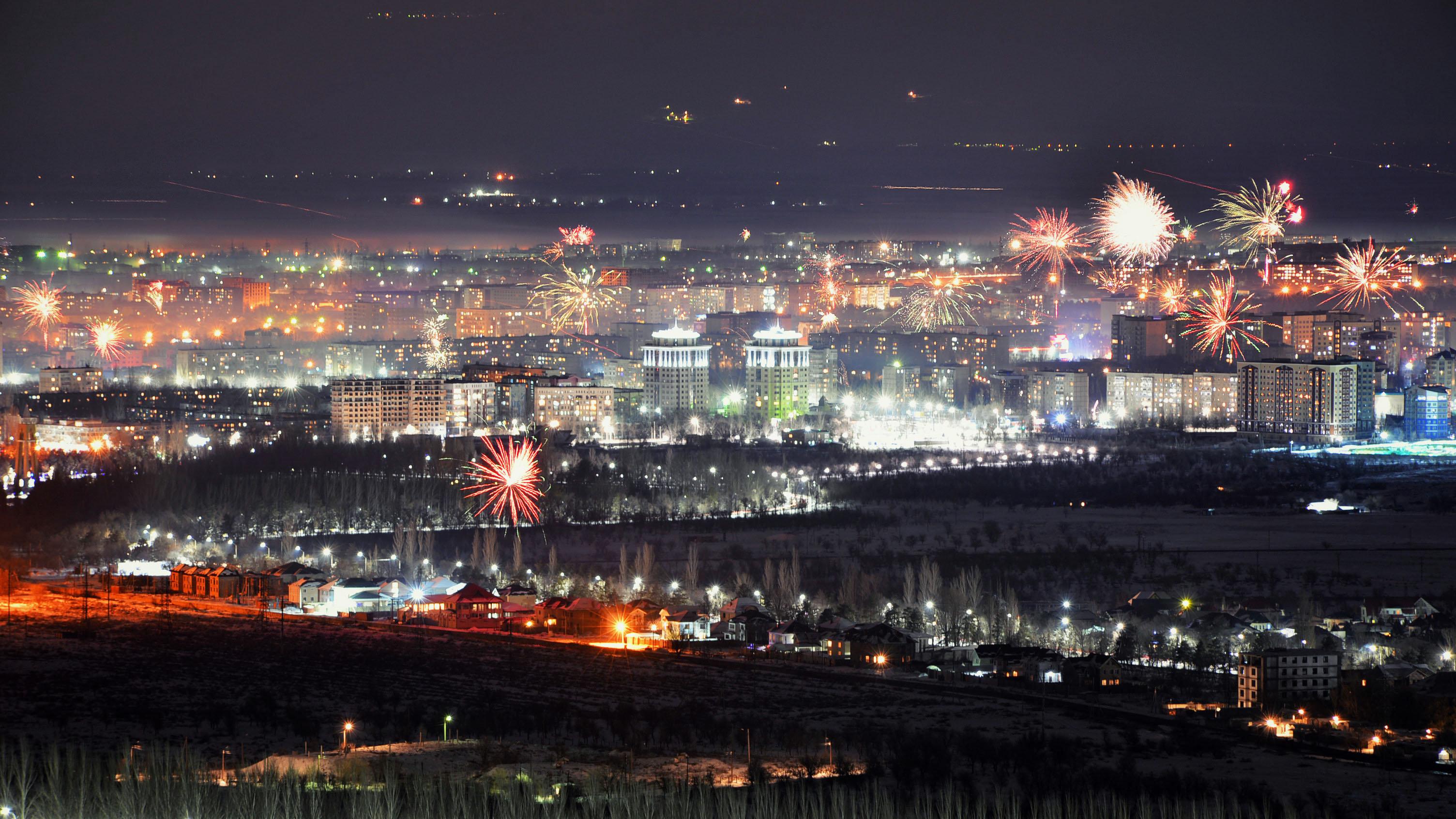 """Бишкекте адаттагыдай эле жаңы жылдык салют атылды. """"Ала-Тоо"""" аянтында шаардыктар үчүн көз жоосун алган фейерверк 8 мүнөткө созулду."""