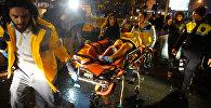 Сотрудники скорой помощи Турции везут раненную женщину из ночного клуба, где произошло нападение во время новогодней вечеринки в Стамбуле. Архивное фото