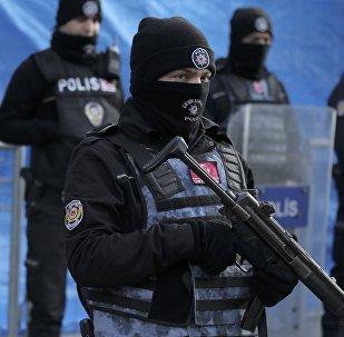 Стамбулдагы полиция кызматкери. Архивдик сүрөт