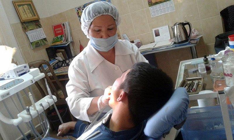 Столичный стоматолог с 30-летним опытом Асира Жанузакова во время работы