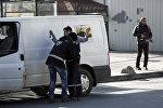 Түрк полиция кызматкери Стамбулда жаранды текшерүү малы. Архивдик сүрөт