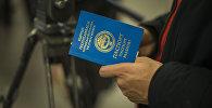 Мужчина с паспортом гражданина КР. Архивное фото