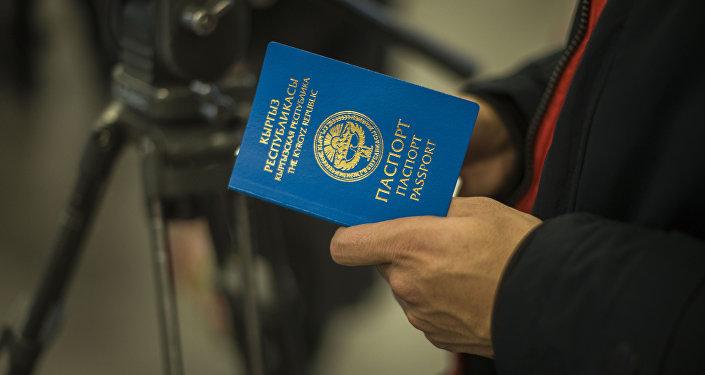 Жалпы жарандык паспорт көтөргөн киши. Архив