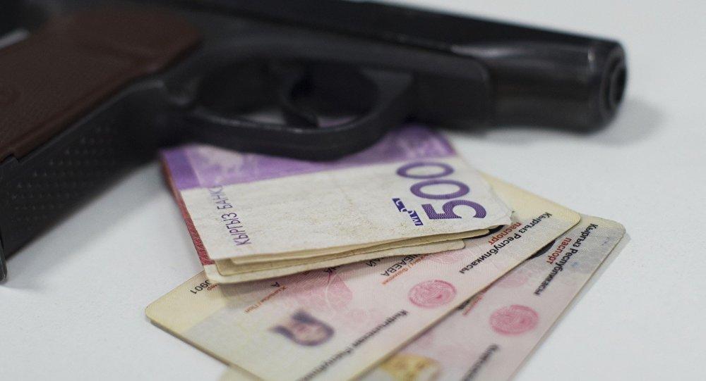 Паспорт гражданина Кыргызской Республики, пистолет и деньги столе. Архивное фото