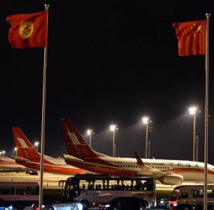 Флаги Кыргызстана и КНР в аэропорту. Архивное фото