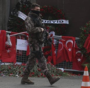 Түркия полиция кызматкери Reina түнкү клубунун алдында. Архивдик сүрөт
