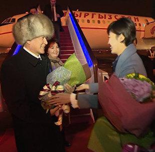 Как в Китае встретили президента и первую леди Кыргызстана — кадры прибытия