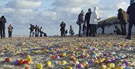 Туристы собираются пластиковые яйца на пляже немецкого острова в Северном море Лангеог