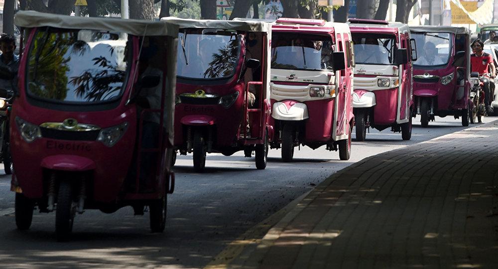 Пакистандагы моторлуу рикшалар. Архивдик сүрөт