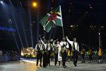Спортсмен несет флаг Доминики во время церемонии открытия Панамериканских игр в Торонто. Архивное фото