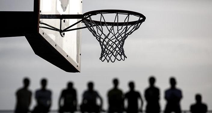 Болельщики наблюдают за матчем по уличному баскетболу. Архивное фото