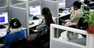 Сотрудники колл центра во время работы. Архивное фото