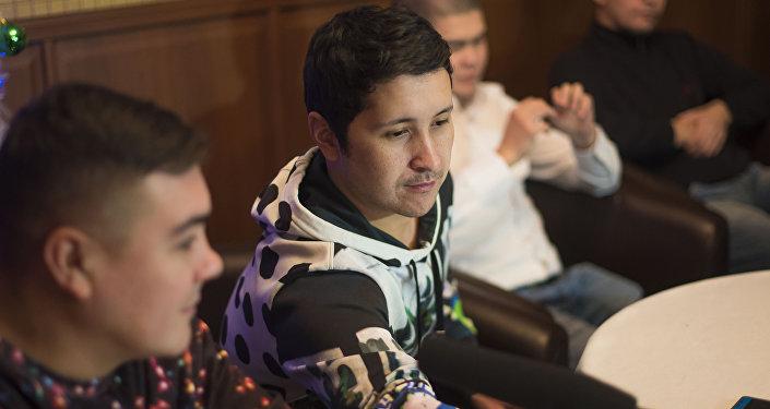 Участник команды КВН Азия MIX Элдияр Кененсаров во время интервью