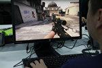 Парень играет на компьютере Counter-Strike GO. Архивное фото