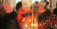 Православные христиане на торжественном богослужении в храме Архистратига Михаила в Оше