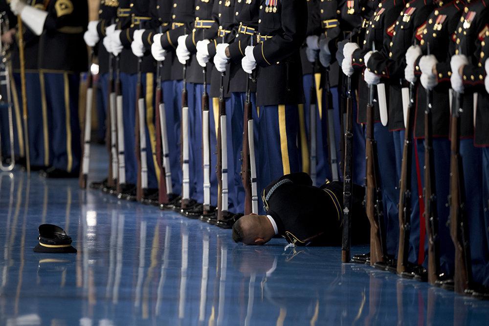 АКШнын экс-президенти Барак Обама Арлингтондо коштошуу сөзүн сүйлөп жатканда ардактуу кароолдун жоокери эстен танып, кулады