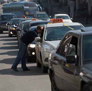 Московские таксисты не хотят быть желтыми