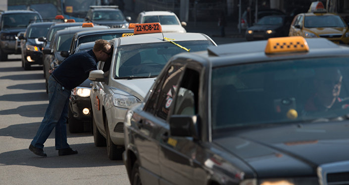 Автомобили такси на одной из улиц Москвы. Архивное фото