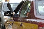 Таксист протягивает ногу на окно. Архивное фото