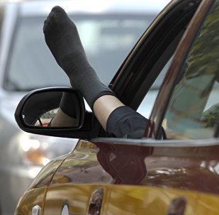 Мужчина отдыхает в машине. Архивное фото