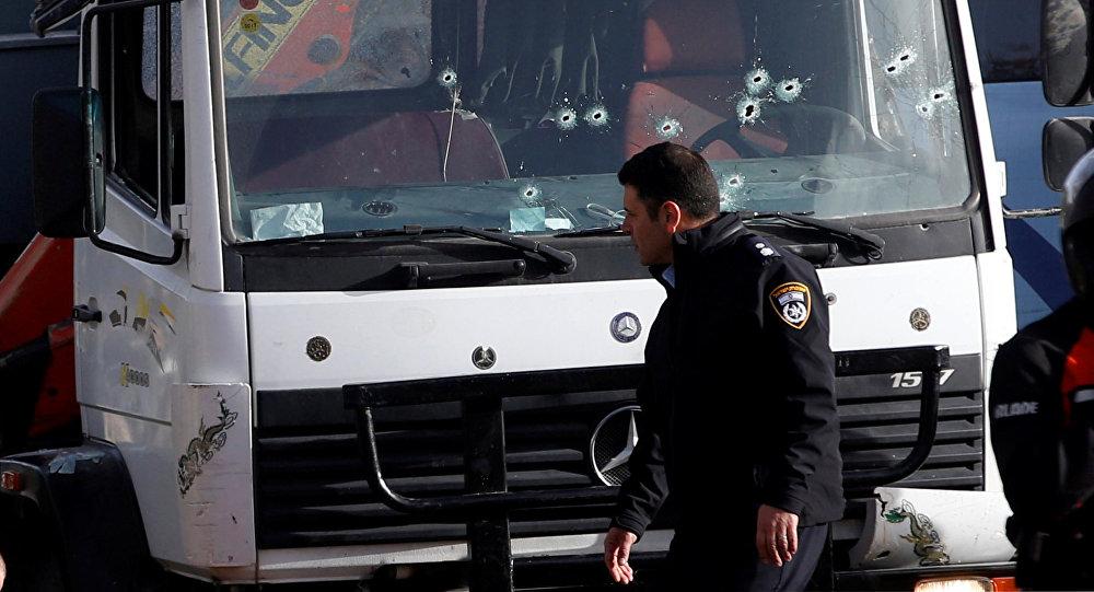 Израильский полицейский ходит на месте наезда грузовика в Иерусалиме