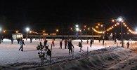 Посетители ледового катка в Караколе