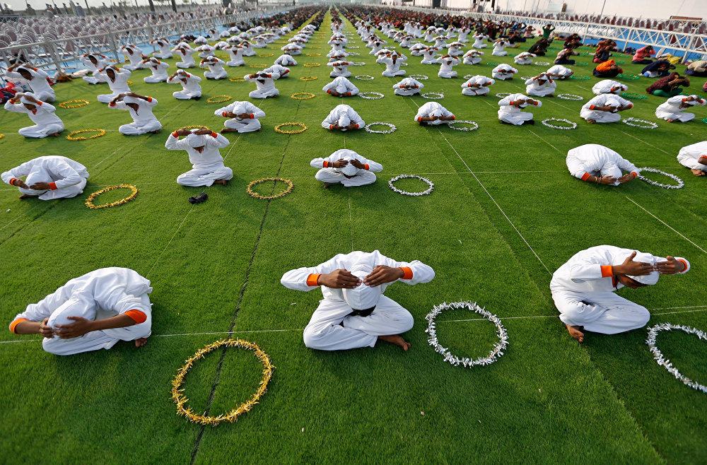 Индияда мектеп окуучулары йога сабагында