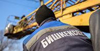 Бишкек жарык муниципалдык ишканасынын кызматкери. Архивдик сүрөт