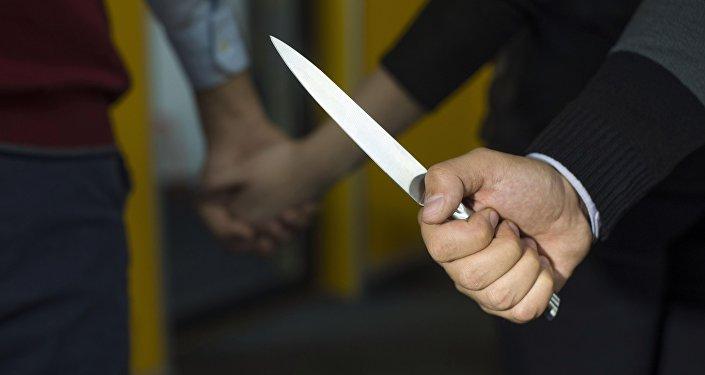 Мужчина держит нож на фоне пары. Архивное фото