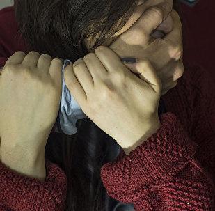 Мужчина применяет насилие в отношении женщины. Архивное фото