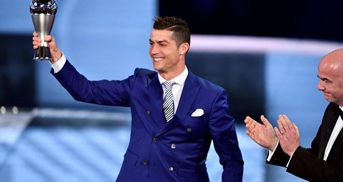 Реал Мадрид менен Португалиянын курама командасынын чабуулчусу Криштиану Роналду Футбол боюнча эл аралык федерациянын (FIFA) аныктоосу менен мыкты оюнчу деп табылды