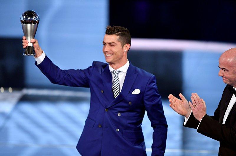 Нападающий Реал Мадрида и сборной Португалии Криштиану Роналду на церемонии вручения премию FIFA лучшему игроку прошлого года
