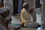 Архивное фото мусульманина читающего намаз