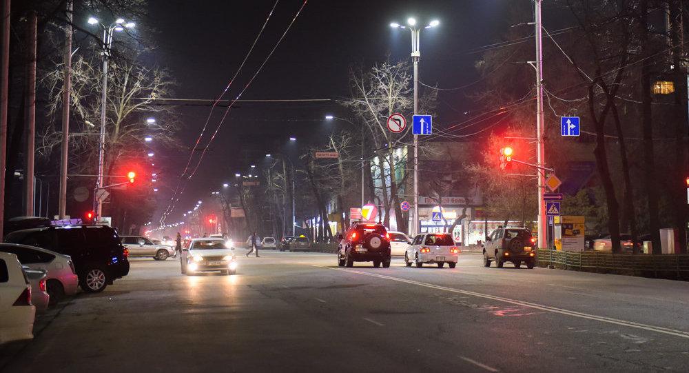 Автомобили на одной из улиц Бишкека в ночное время. Архивное фото