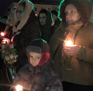 Жители Луганска зажгли сотни свечей на акции памяти жертв конфликта в Донбассе