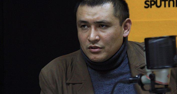 Глава общественного фонда Правовая перспектива, юрист Сулайман Усенов во время интервью на радио Sputnik Кыргызстан