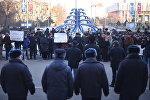Митинг в поддержку нынешнего градоначальника Албека Ибраимова перед зданием мэрии Бишкека.