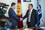 Кандидат в мэры Бишкека Нурдин Абдылдаев  и глава города Албек Ибраимов во время выбора столичного градоначальника