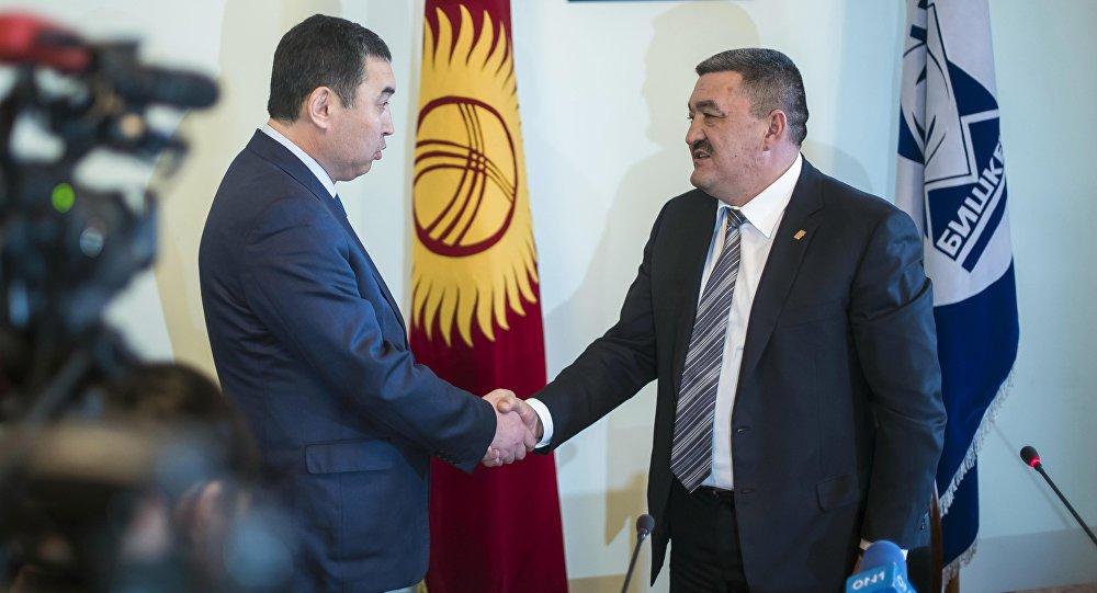 ишкек шаарынын мэрлигине талапкер болгон Нурдин Абдылдаев жана мэр болуп шайланган Албек Ибраимов