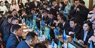Депутаты Бишкекского городского кенеша и журналисты во время выборов мэра столицы