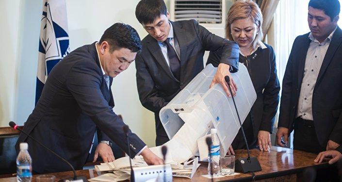 Ибраимовду 29 депутат колдосо, Абдылдаевге 12 эл өкүлү добуш берген.