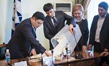 Депутат Бишкекского городского кенеша  во время выборов мэра столицы. Архивное фото