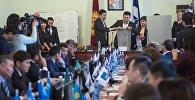 Бишкек шаардык кенешинин депутаттары мэрди шайлоо учурунда. Архив