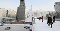 Пешеходный мост через улицу Вейнбаума, на заднем плане администрация города Красноярска с часовой башней. Архивное фото