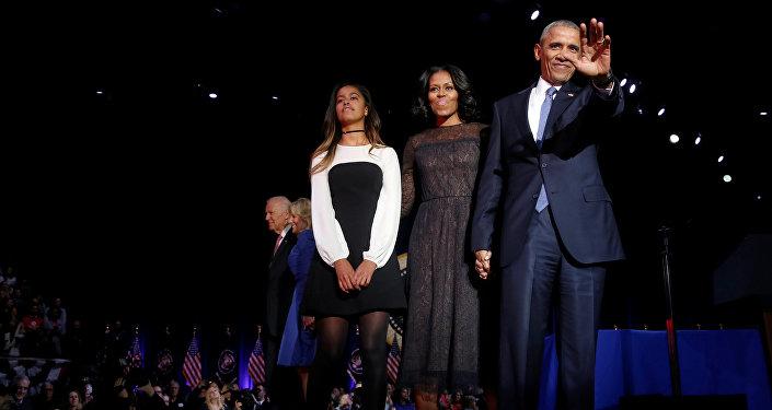 Президент США Барак Обама с супругой и дочерью во время прощальной речи в Чикаго