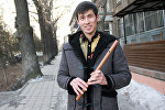 Кичинесинен сыбызгы ойногон Элчибек Кадырбеков маек учурунда
