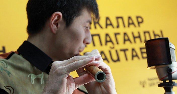Элчибек Sputnik Кыргызстан агенттигинде сыбызгыда дүйнөлүк жана ата мекендик хит ырларды аткарды