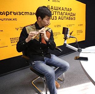 Инженер сыграл мировые хиты на кыргызской флейте сыбызгы